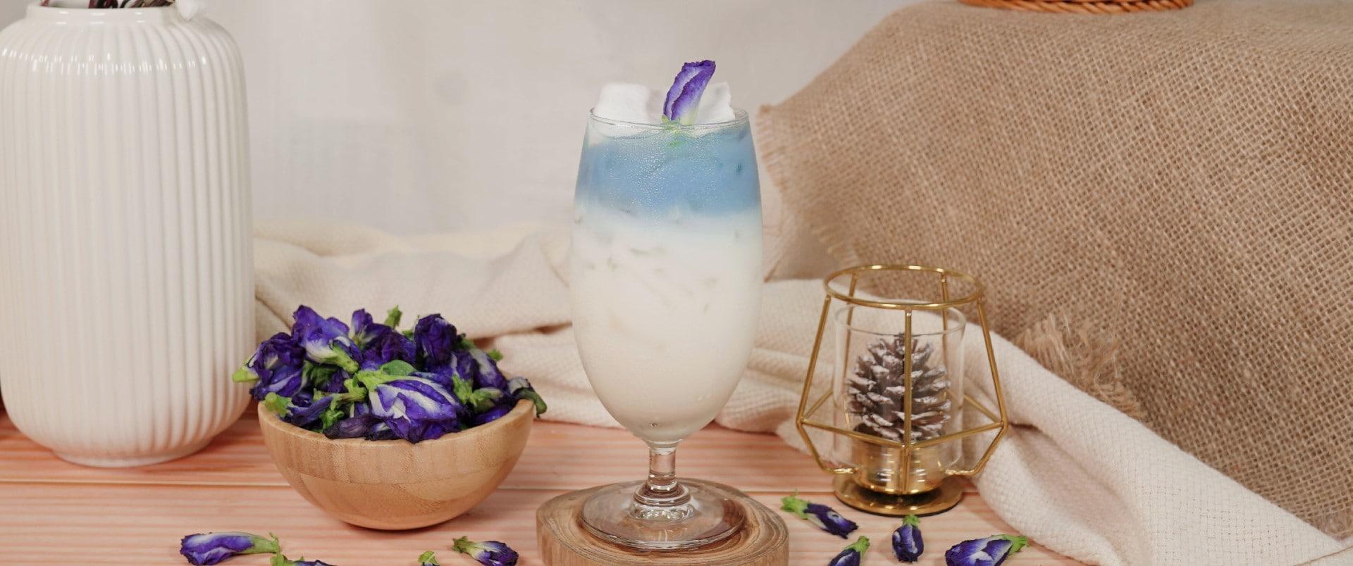 """แจกสูตร """"อัญชันมะพร้าวนมสด"""" เมนูประจำเดือนสิงหาคม เดือนแห่งวันแม่ ที่เพิ่มความพิเศษให้กับเครื่องดื่มด้วยสีฟ้าจากดอกอัญชันและความสดชื่นของน้ำมะพร้าว ที่ทำให้เครื่องดื่มดูน่ารับประทาน ซึ่งเมนูนี้ได้ ข้นจืด นกเหยี่ยว ฟอลคอน เอ็กซ์ตร้า เข้ามา ช่วยเพิ่มรสชาติความอร่อยของเครื่องดื่มนี้"""